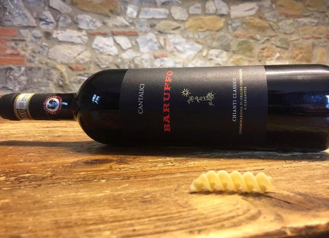 Una bottiglia di Chianti Classico Baruffo di Cantalici e una pasta di nostra produzione